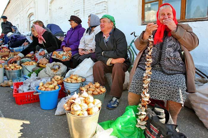Бабушки на рынке торгуют